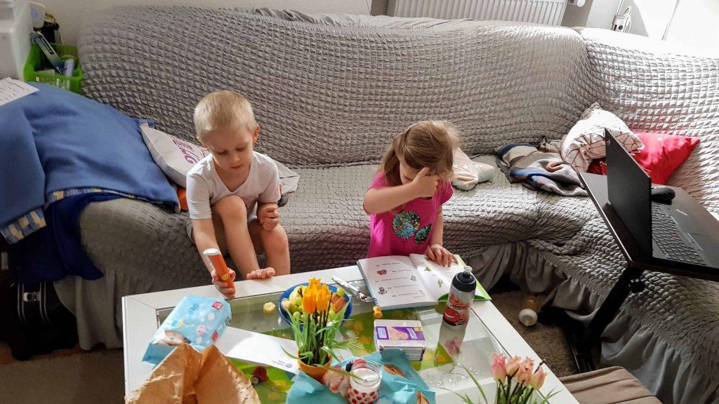 Kinder essen obst unterm dreck ists sauber