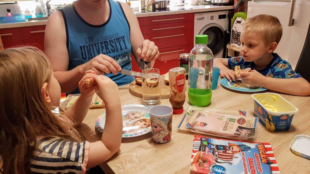 Frühstück Familie unterm dreck ists sauber