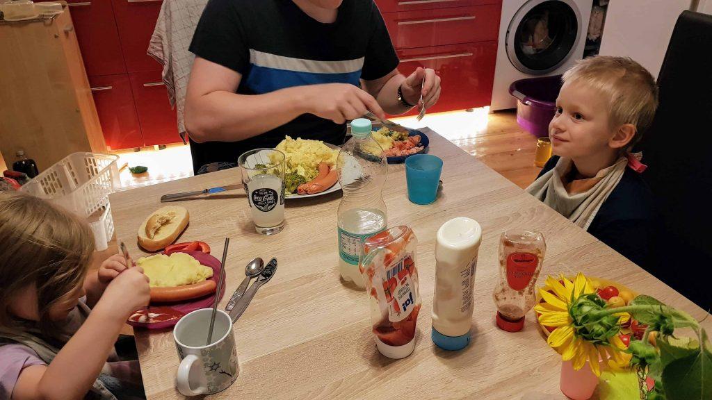 Essen mit Kindern unterm dreck ist sauber